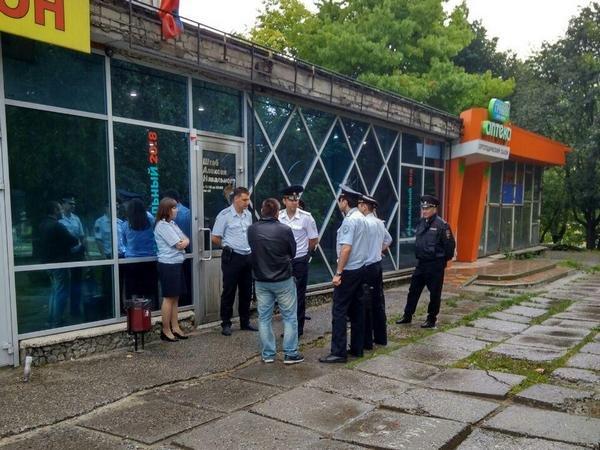 ВСтаврополе вштаб Навального бросили бутылку сгорючей смесью