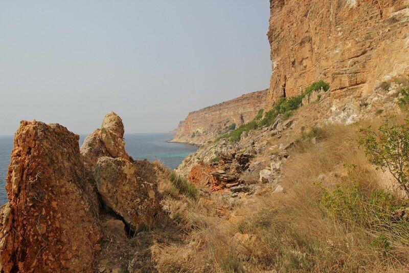 Огромные камни и обрывистые берега Чёрного моря. Фиолент, Севастополь, Крым
