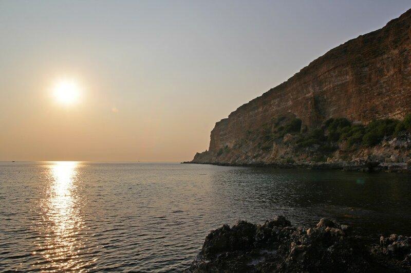 Красивый закат у обрывистого берега Черного моря в районе мыса Фиолент (Севастополь, Крым)