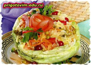Овощной салат в салатнице из кочана капусты. рецепт приготовления