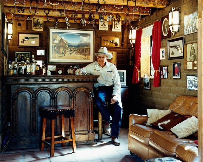 Работник ранчо Эд Хичкок. Кейв Крик, штат Аризона, 2008 год. «Я построил этот бар, чтобы мне и моим соседям было куда сходить выпить», – говорит Хичкок.
