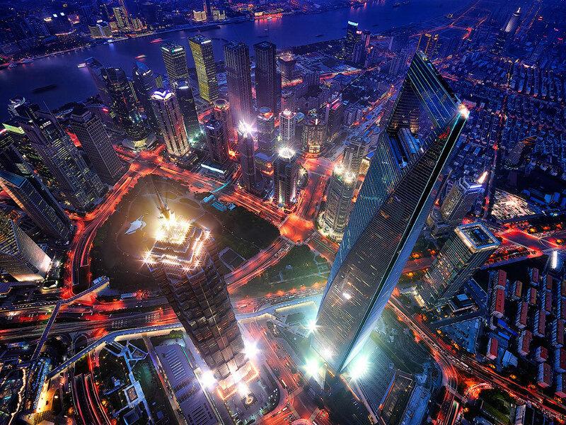 Вид с 128-этажной Шанхайской башни. Слева — башня Цзинь Мао — один из самых высоких небоскрёбов в Азии, является визитной карточкой Шанхая, справа — Шанхайский всемирный финансовый центр, высота которого составляет составляет 492 м.