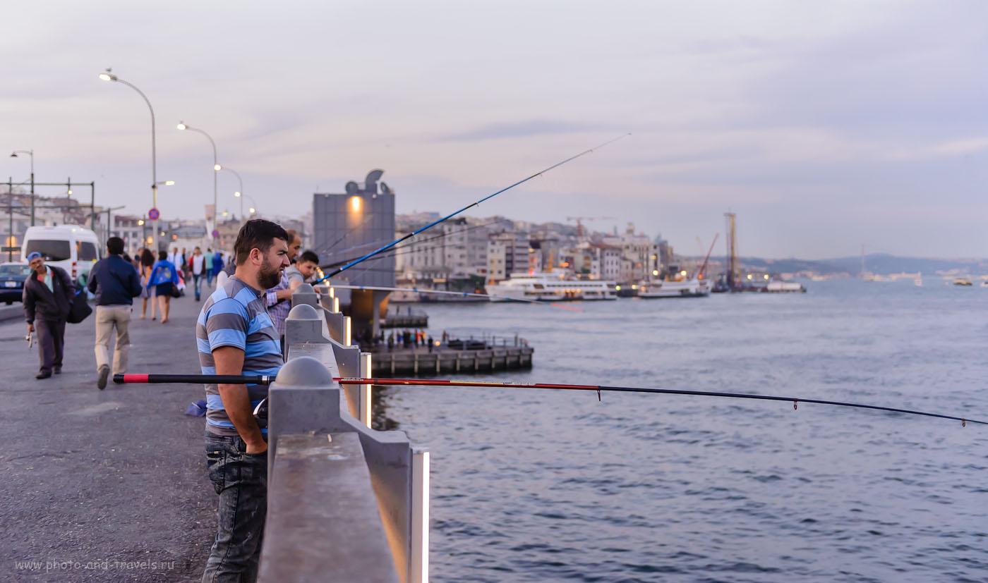 Фотография 13. Рыбак на Галастком мосту в Стамбуле. Отчет о поездке в Турцию дикарями. 1/400, 2.8, 1600, 42.
