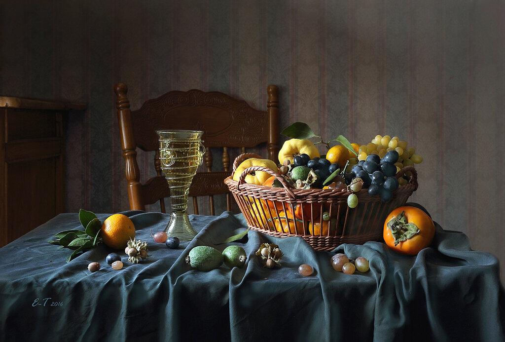 Вино и фрукты на зелёной скатерти