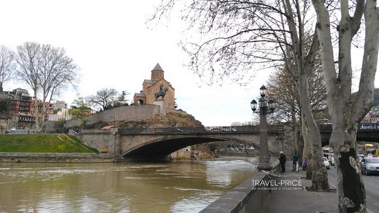 Монастырь, всадник и метехский мост