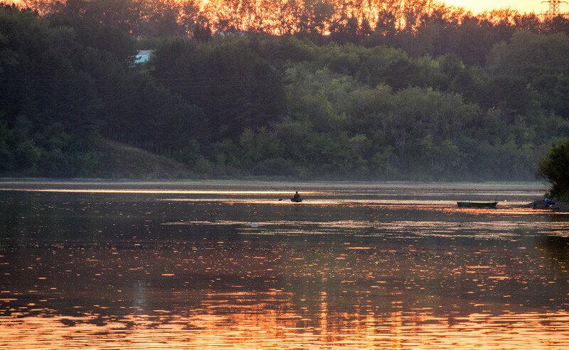лодка на реке при закате