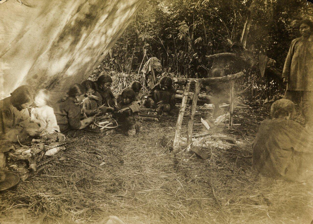 Фрагмент жертвоприношения медведя в рамках медвежьего культа нивхов