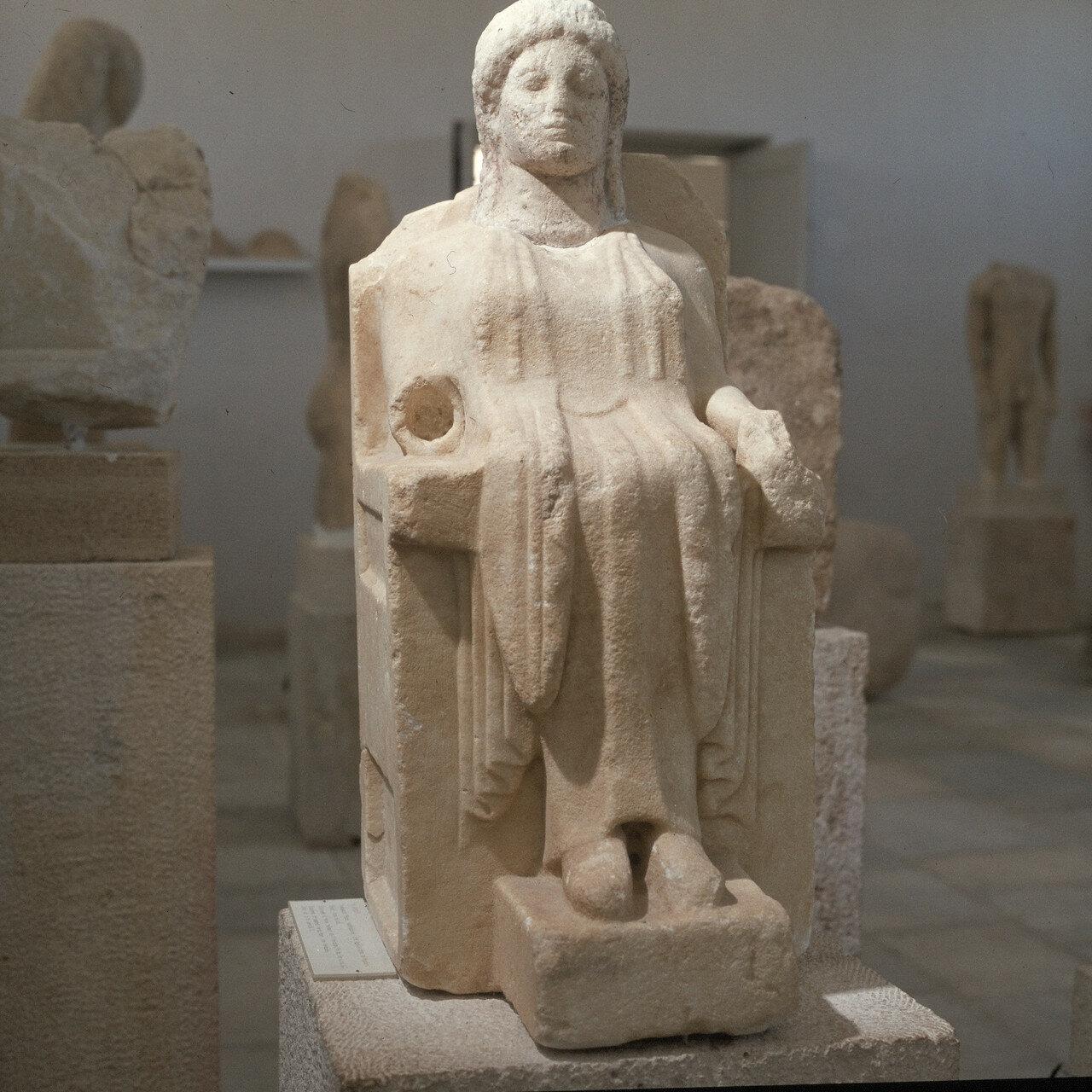 Делос. Музей. Восседающая Гера, около 50 см. Конец VI в. до н.э. Из Гераиона