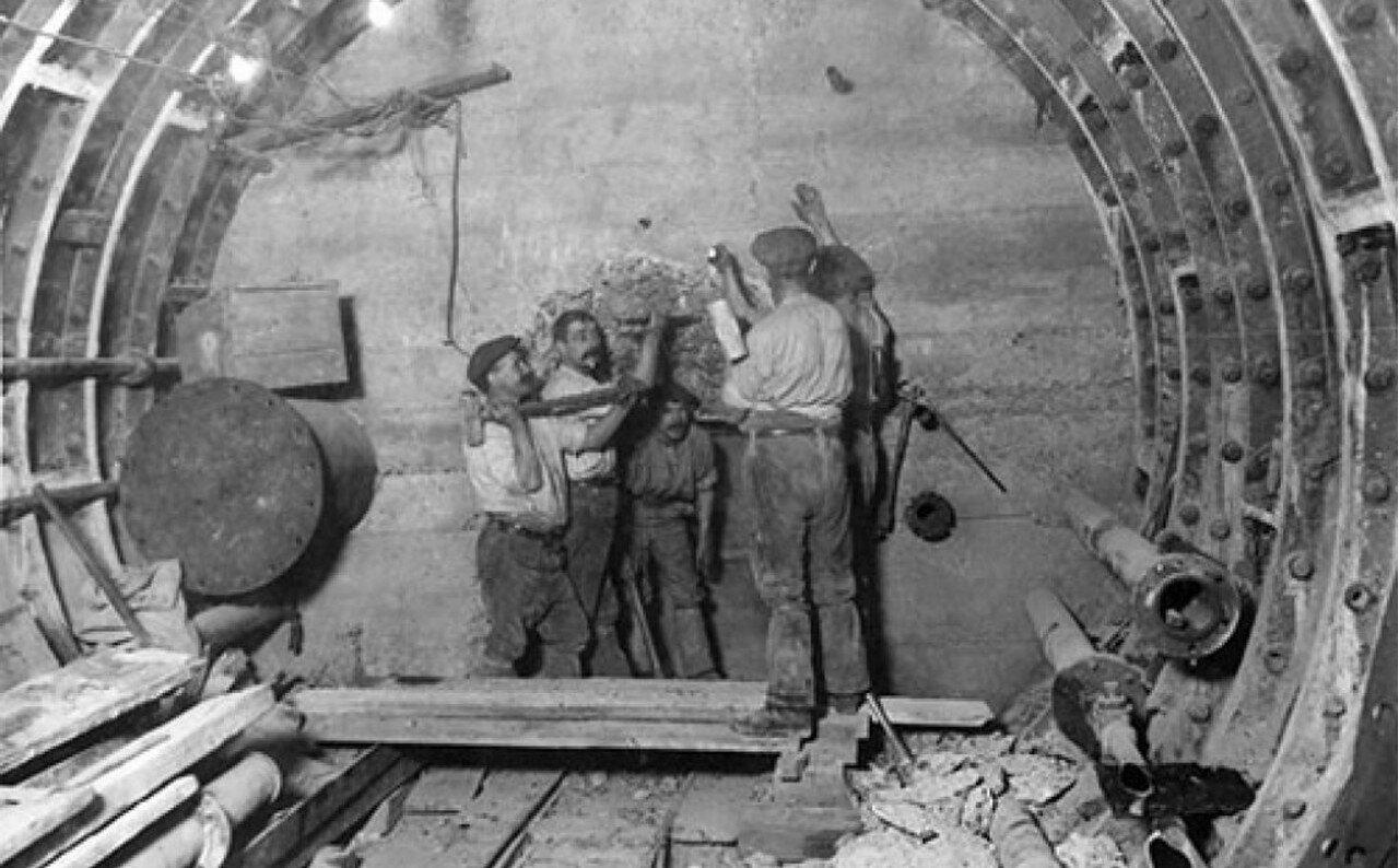 1912. Рабочие сносят бетонную стену во время расширения станции Банк
