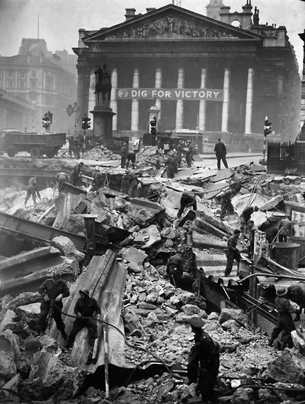 1941. Солдаты помогают разбирать завалины на станции Банк, разрушенной во время авианалёта 12-го января