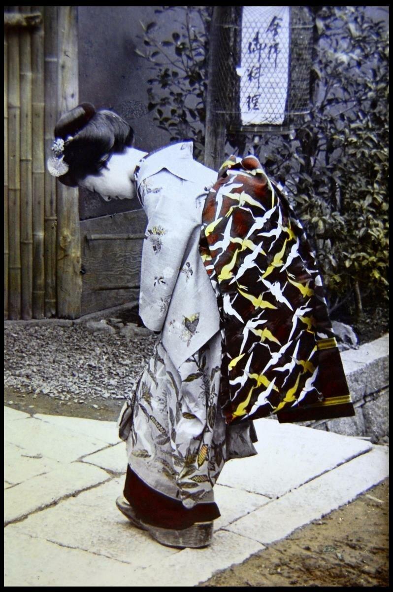 Хиконе. Девушка в кимоно у входа в гостиницу