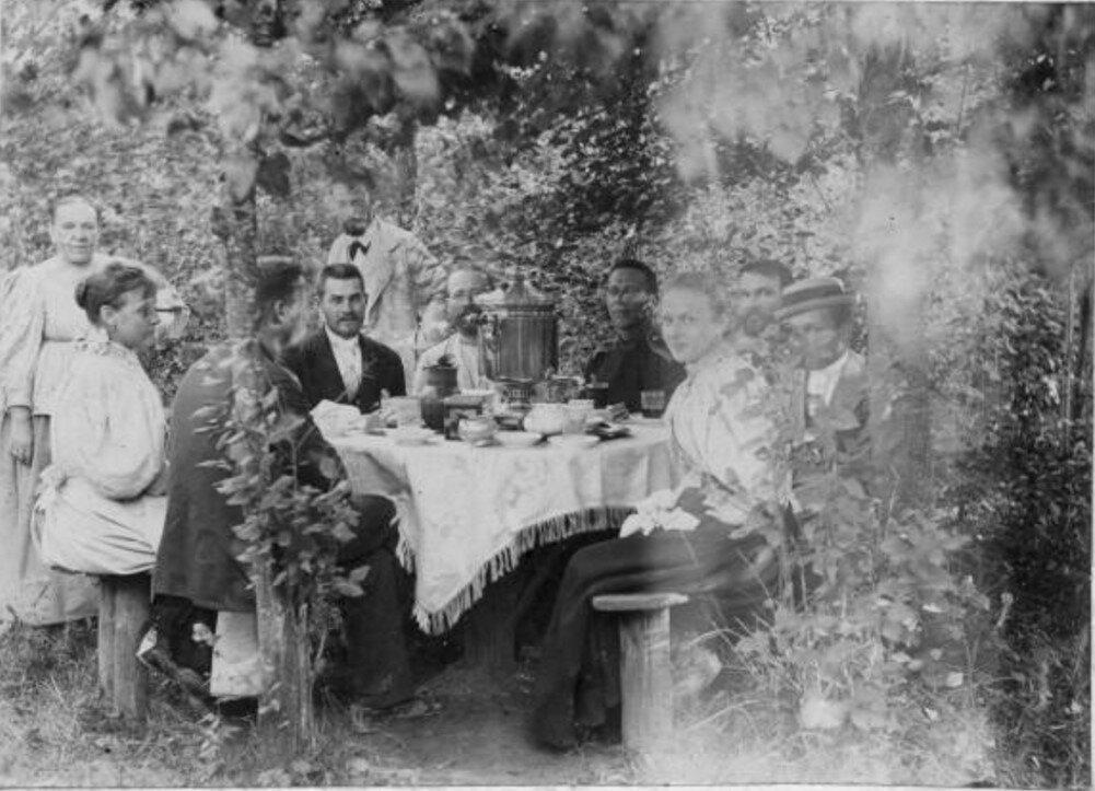 1896. Чаепитие в саду в деревне Орешково.