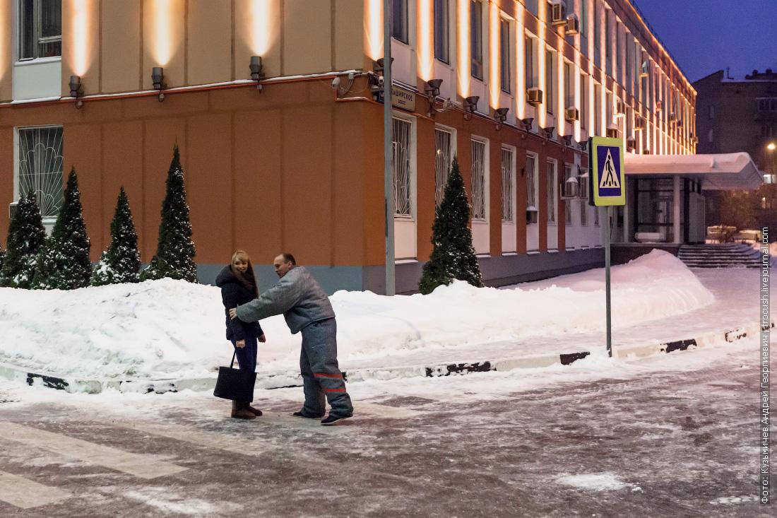Злодей нападает на девушку и отбирает у нее сумку