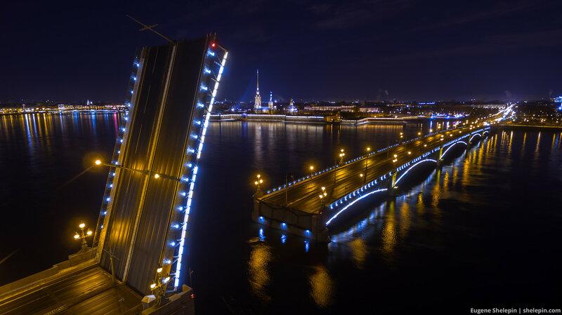 Разведенный Троицкий мост