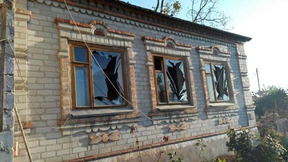 Ночью боевики нанесли удар по Виноградному и Пищевику. Перебиты коммуникации, повреждены дома. ФОТОрепортаж