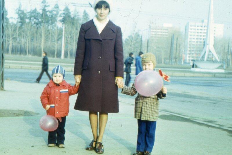 Свердловск, предположительно 1 мая 1979 г. Перед к/т Заря