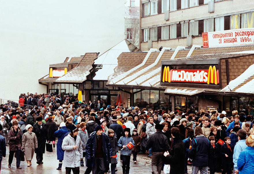9. Самый тесный Макдоналдс – Москва Самый тесный Макдоналдс находится на Пушкинской площади и ежедне