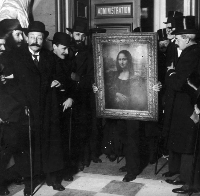 «Мона Лиза» Но одной из самых дерзких краж в истории стало похищение из Лувра всемирно известной «Мо