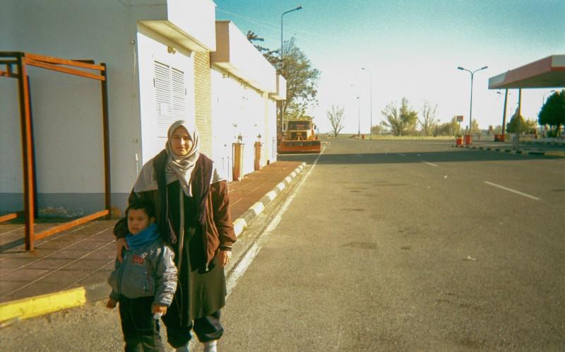 Дияб из сирийского Алеппо сфотографировал жену и сына Карима на автобусной остановке. «Также бывают