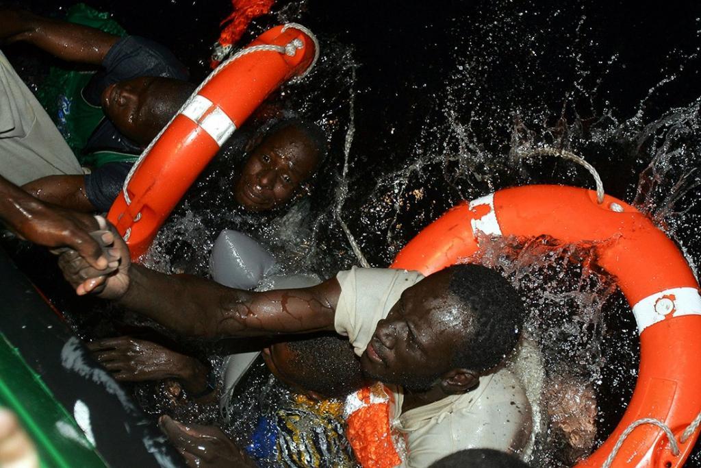 Фотограф агентства Рейтер Хуан Медина снял момент, когда в 2004 году группа беженцев из африканских