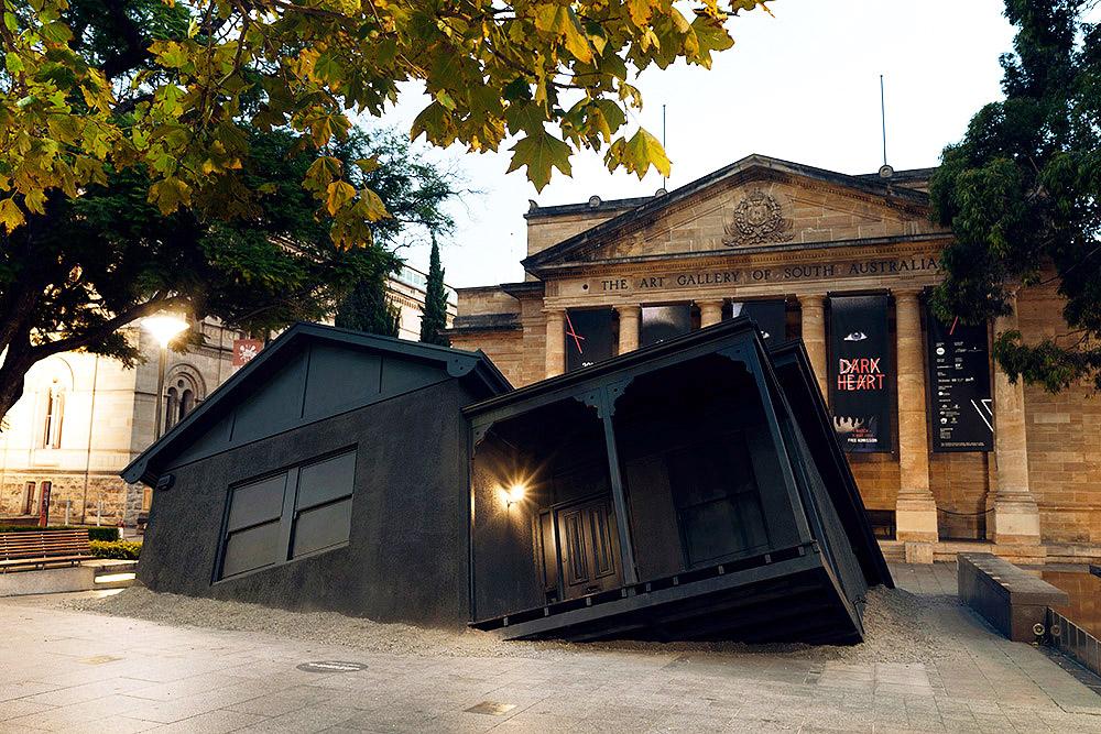 Свою последнюю работу Иэн Стрейндж представил на биеннале искусттва Австралии в Аделаиде. Архитектур