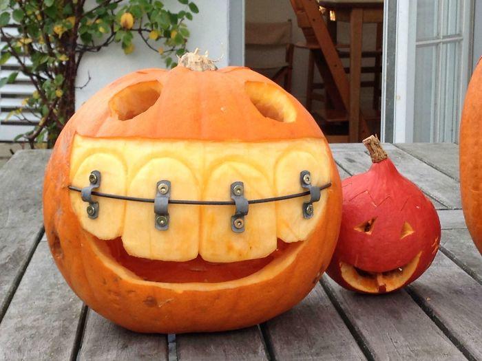 Отец моего приятеля — стоматолог. Вот какую тыкву он вырезал на Хеллоуин.