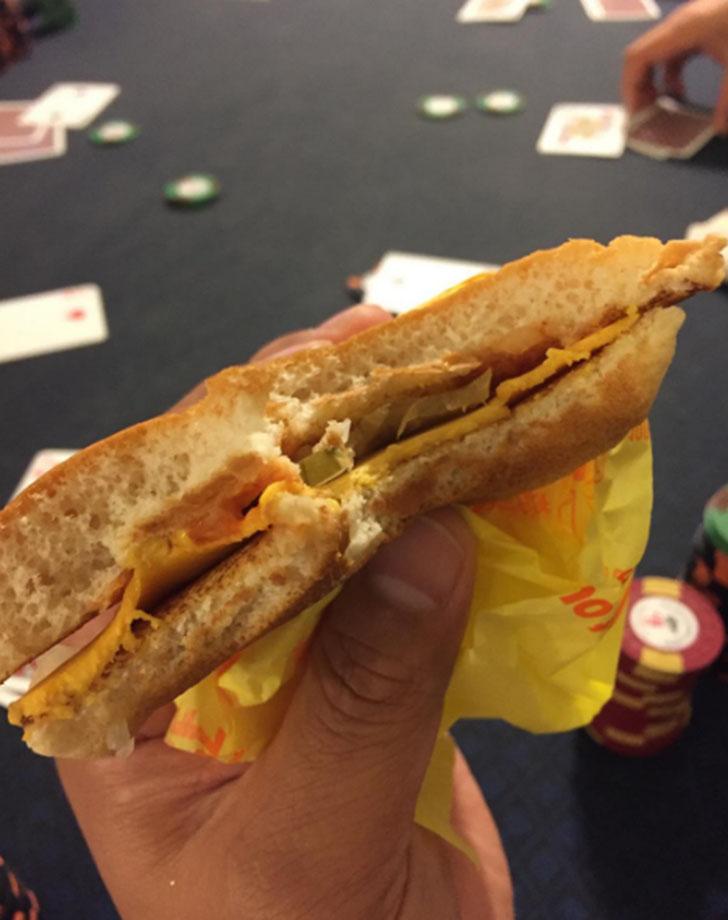 Да, детка, я люблю свой бургер с сыром и лучком.
