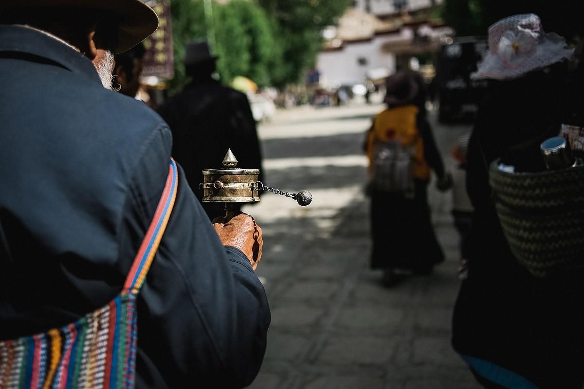 6. Тибетцы не упускают возможности между делом покрутить молитвенный барабан «кхор», в котором закры