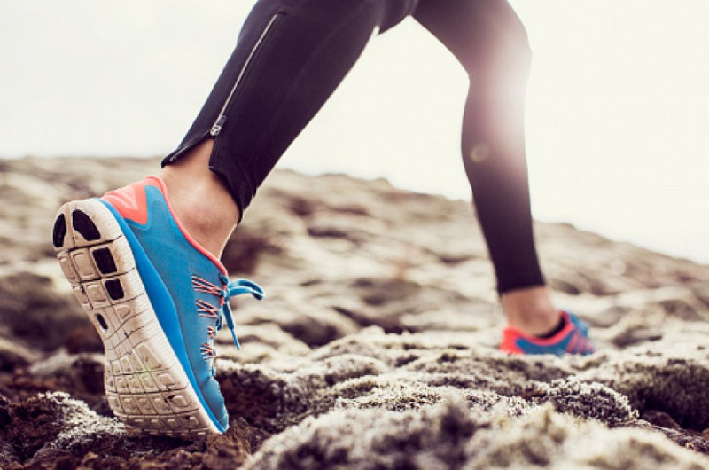 Почему вредно бегать в кроссовках (1 фото)