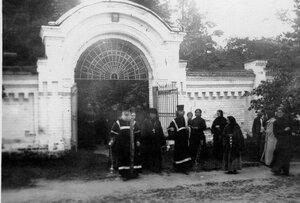 Крестный ход у монастыря.