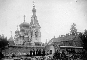 Группа монахов и схимник у Коневского скита.