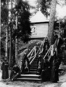 Группа монахов и схимников у часовни около Конь-камня.