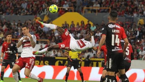 Колумбийский футболист забил мяч вдевятку ударом через себя