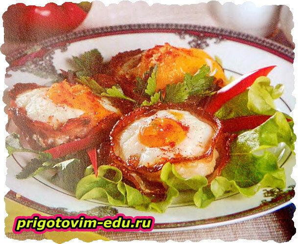 Яйца в чашечках из бекона