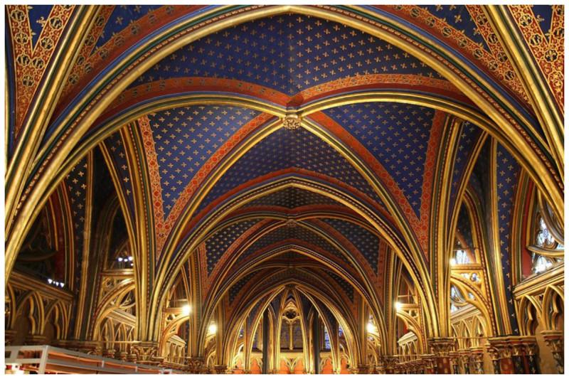 Готические своды Сен-Шапель - часовни-реликварии на территории бывшего Королевского дворца на острове Сите в Париже