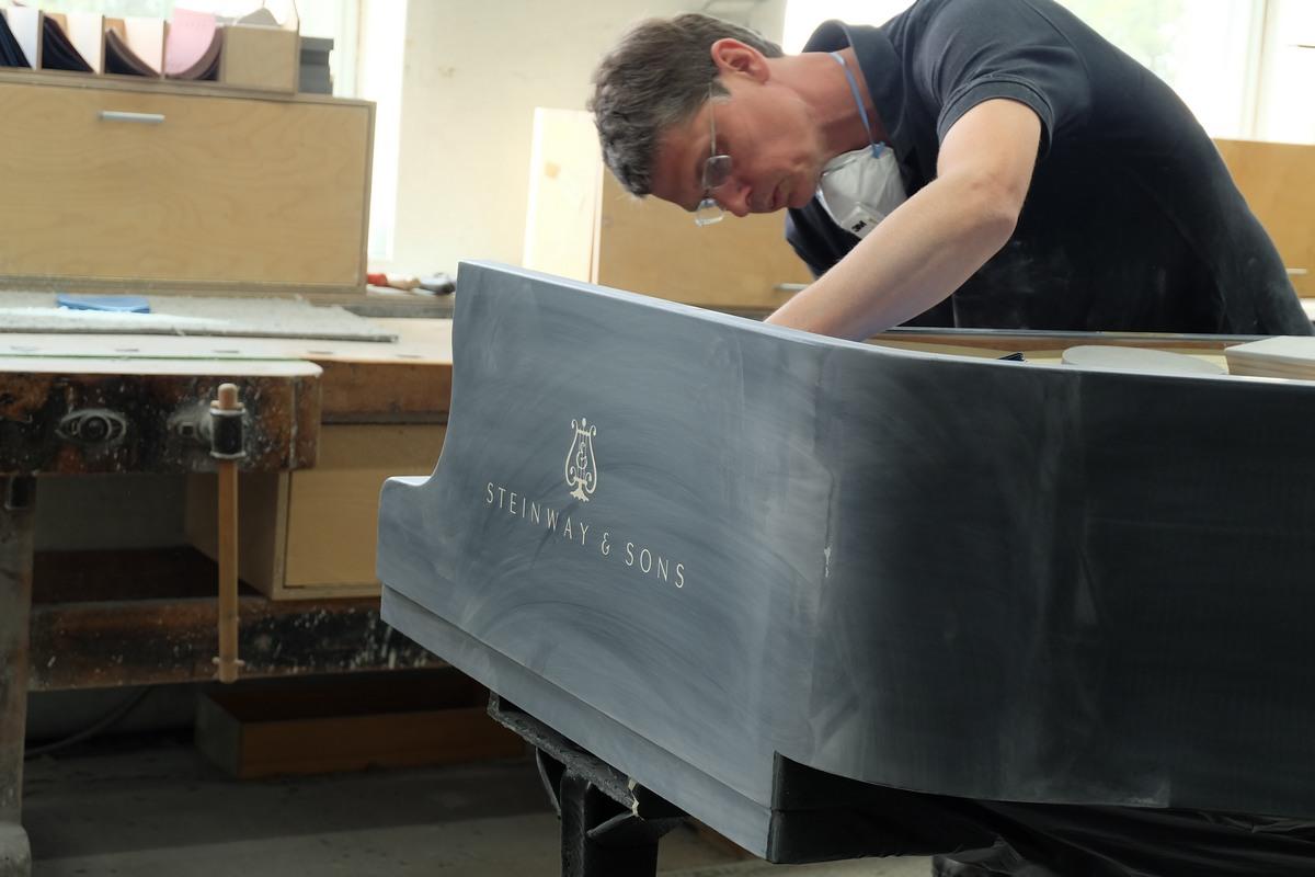 Шлифовка корпуса рояля Steinway & Sons, зеркальный корпус рояля, как шлифуют рояли Steinway & Sons, как делают рояли Steinway & Sons