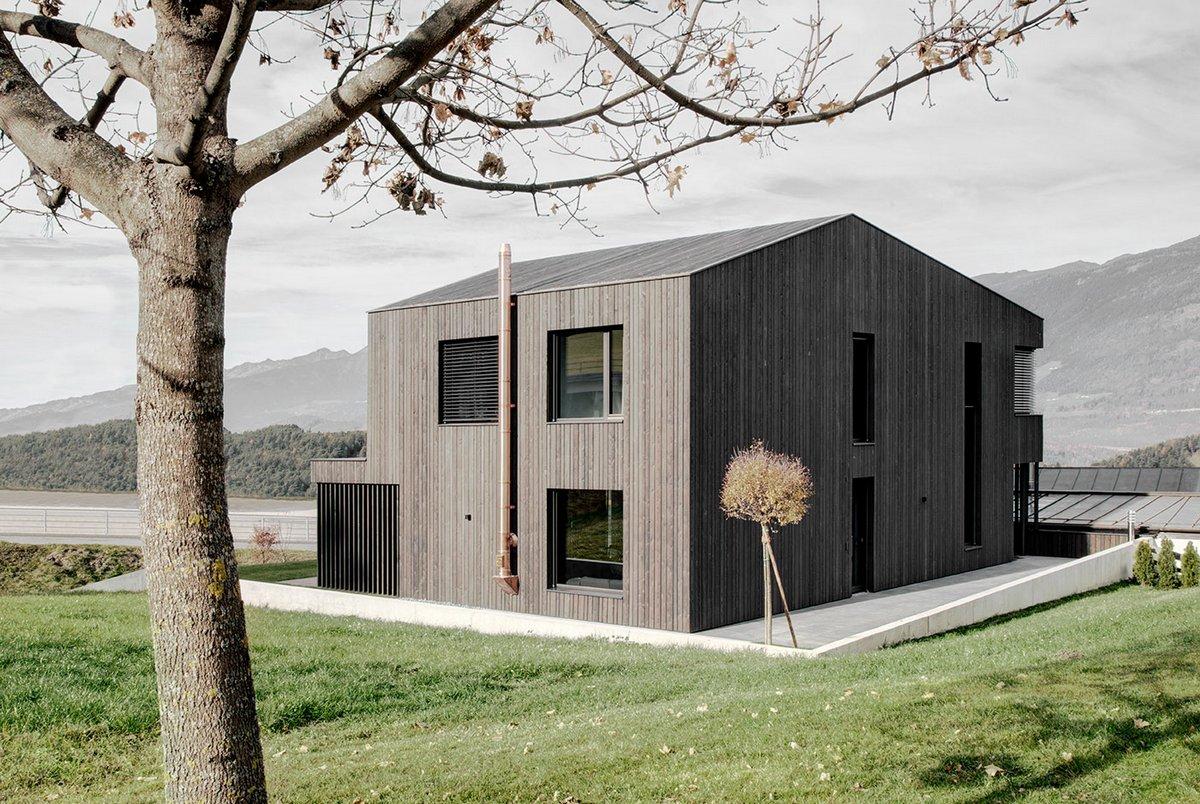Двухэтажный дом в рустикальном стиле