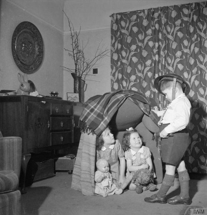 historical-children-playing-photography-113-58ac0eba4aa76__700.jpg
