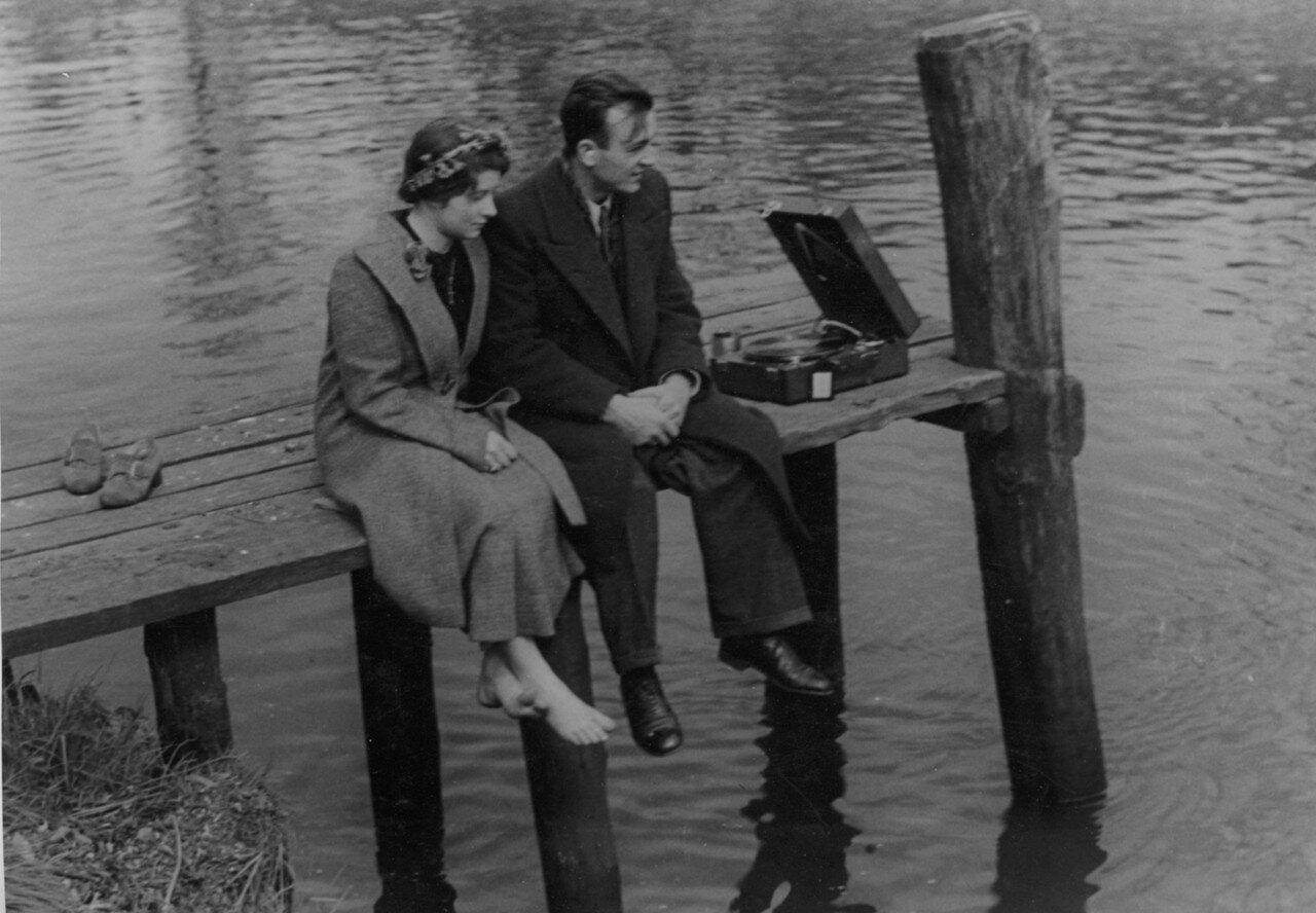 Пара слушает патефон на пирсе