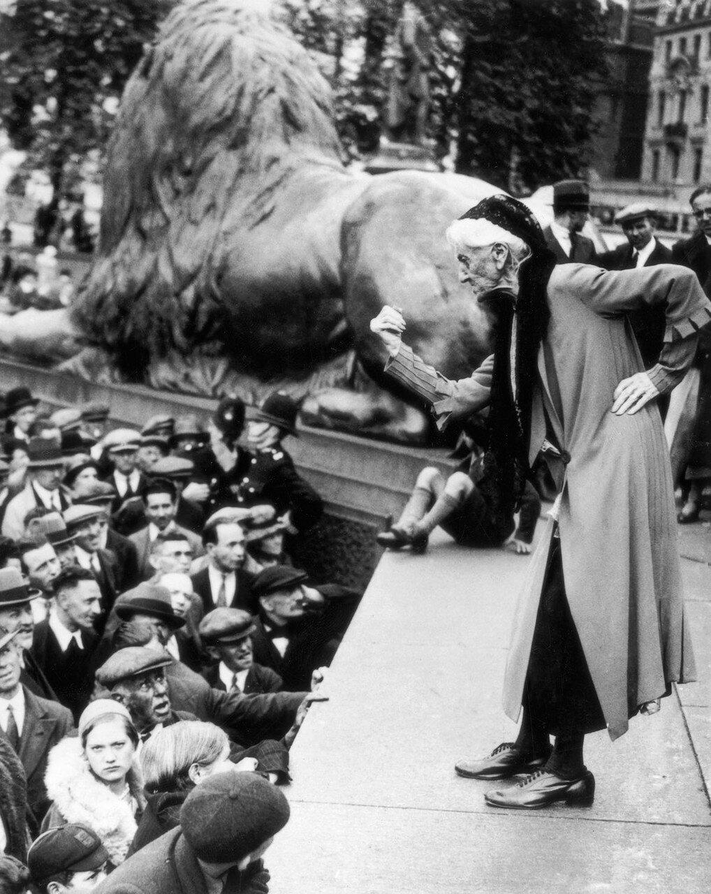 1932. Британская суфражистка Шарлотта Деспард в возрасте 88 лет обращается к толпе на Трафальгарской площади во время митинга коммунистической партии