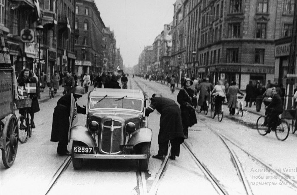 Борцы за свободу, проверяя автомобили в Nørrebrogade в Копенгагене. 5 мая 1945  на Flickr - обмен фотографиями! – Yandex.jpg