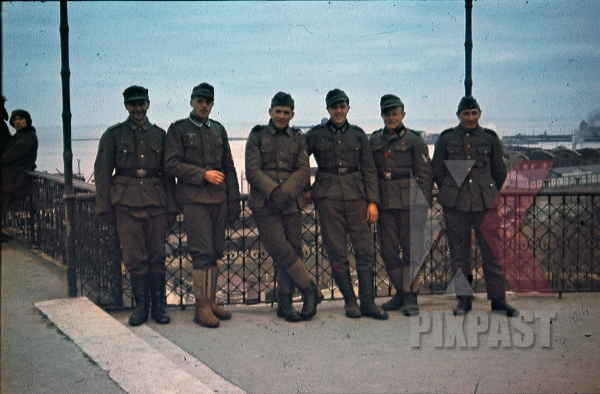 stock-photo-wehrmacht-soldiers-group-shot-in-odessa-ukraine-1943-9311.jpg