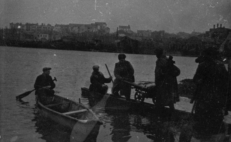 Миномётчики при содействии местных жителей переправляются через Буг в центре Винницы