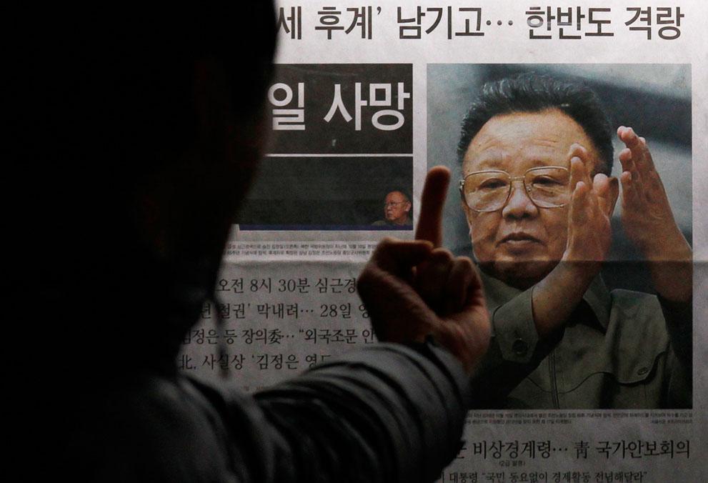 30. Жест жителя Южной Кореи на фотографию покойного лидера Северной Кореи в Сеуле. (Reuters/Kim Kyun