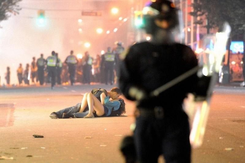 17. Австралиец Скотт Джонс целует свою канадскую подругу Алекс Томас. Канадцы бунтовали после того,