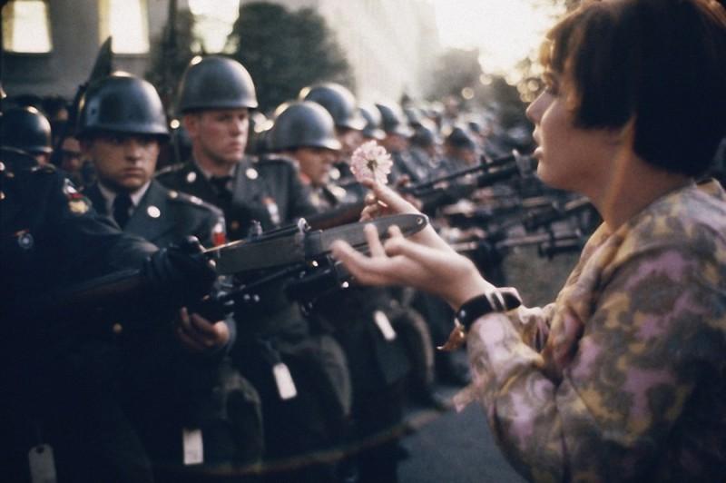 31. Молодой пацифист Джейн Роуз Кэсмир с цветком на штыках охранников в Пентагоне во время протеста