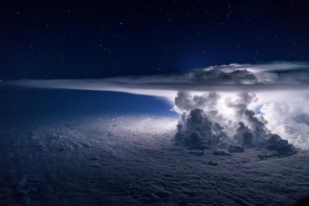 3. Категория «Пейзаж». Зеленый метеор на дороге в горной цепи Западные Гаты, южная Индия. (Фото