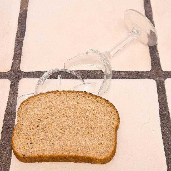 © popsugar  Разбитый стакан— гарантированная головная боль. Упростить ситуацию можно спомощь