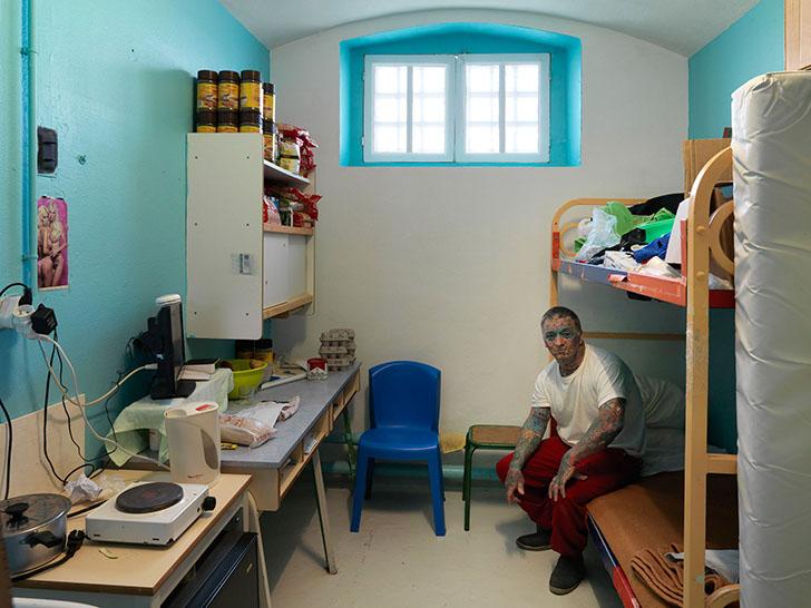 Франция. Заключенный сидит в своей камере в тюрьме Maison d'arret de Bois-d'Arcy. «Я старался избега
