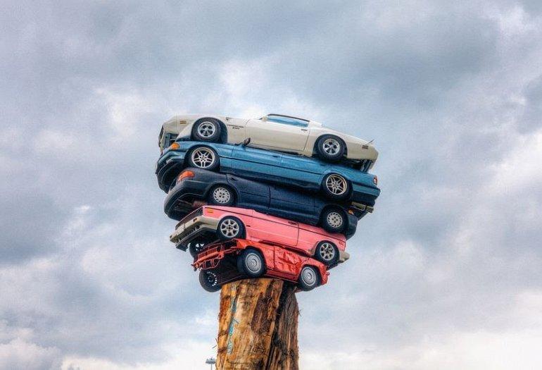 1. Свою скульптуру художник составил из таких автомобилей, как Honda Civic, 700-й BMW, Volkswagen Go